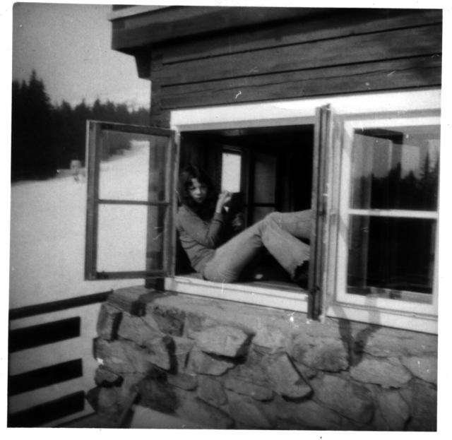 Upravuju si v okně obočí...čím tenčí, tím lepší.